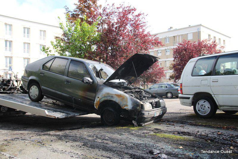 Voiture incendiée, rue d'Auge à Caen.
