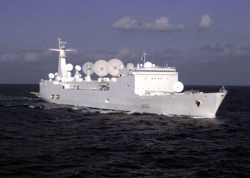 Les bateaux se succèdent sur les quais. Dans un joyeux mélange de navires de guerre à la pointe de la technologie, de vieux gréements, de grands voiliers. - Photo Marine Nationale