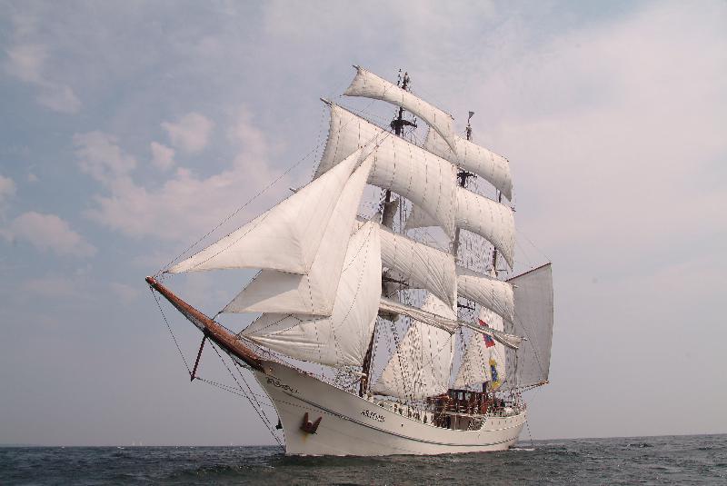 Les bateaux se succèdent sur les quais. Dans un joyeux mélange de navires de guerre à la pointe de la technologie, de vieux gréements, de grands voiliers. - Photo Armada de la Liberté