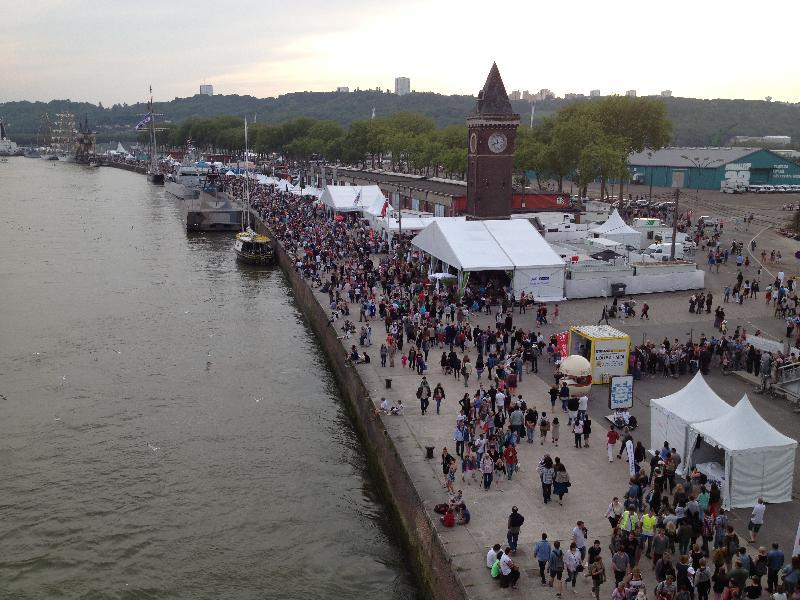Samedi à la nuit tombante, la foule s'est dirigée vers l'espace concert