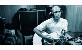 Le surfeur Kelly Slater sort un nouveau single